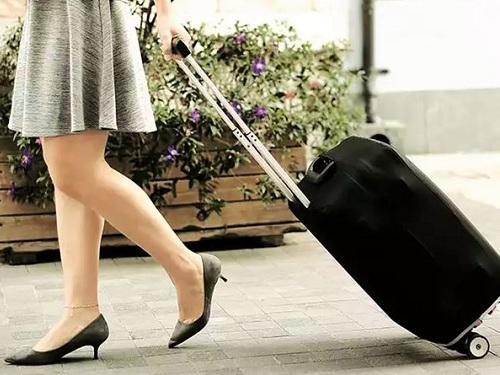 Девушка с чемоданом направляется в Аэропорт